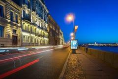 Argine di notte in San Pietroburgo Immagini Stock Libere da Diritti