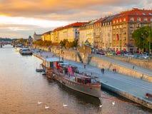 Argine di Rasin al fiume della Moldava a Praga fotografie stock