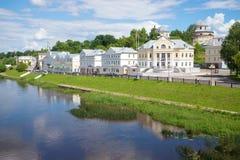Argine di Tveretskaya nel pomeriggio soleggiato di luglio Toržok, Russia Fotografia Stock Libera da Diritti