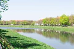 Argine e fiume Fotografia Stock Libera da Diritti