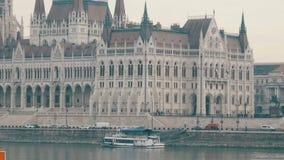Argine famoso di Danubio nella vista di Budapest della costruzione del Parlamento stock footage