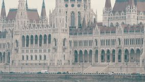 Argine famoso di Danubio nella vista di Budapest della costruzione del Parlamento archivi video