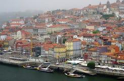 Argine il Duero a Oporto, vista di vecchia parte della città fotografie stock