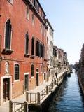 Argine lungo il canale stretto a Venezia immagine stock