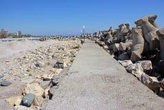 Argine roccioso vicino alla spiaggia Fotografie Stock Libere da Diritti