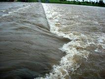 Argini la forza dell'acqua Fotografie Stock Libere da Diritti