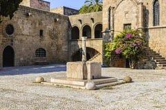 Argirokastro quadrado medieval com uma fonte de água Cidade de Rhodes Old, Grécia fotos de stock