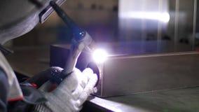 Argonsvetsning Kontakt för mala hjul med järnorsaksgnistorna Gnistor under klipp av metallvinkelmolar arkivfilmer