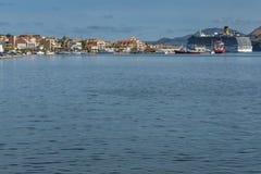 ARGOSTOLI, KEFALONIA, GRÈCE - 26 MAI 2015 : Panorama de ville d'Argostoli et de bateau de croisière, Kefalonia, Grèce Image stock