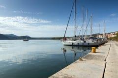 Argostoli, Kefalonia, Griechenland - 26. Mai 2015: Erstaunliches Panorama des Dammes und des Hafens der Stadt von Argostoli, Kefa Stockfotos