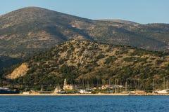 ARGOSTOLI, KEFALONIA, GRIECHENLAND - 25. MAI 2015: Sonnenuntergang-Panorama zu Kefalonia-Berg von der Stadt von Argostoli, Greec Stockbild