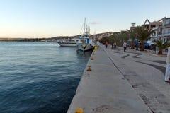ARGOSTOLI, KEFALONIA, GRIECHENLAND - 25. MAI 2015: Sonnenuntergangansicht des Dammes der Stadt von Argostoli, Kefalonia, Griechen Stockbild