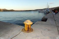 ARGOSTOLI, KEFALONIA, GRIECHENLAND - 25. MAI 2015: Sonnenuntergangansicht des Dammes und des Hafens von Argostoli, Kefalonia, Gri Lizenzfreie Stockfotos