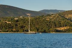 Argostoli, Kefalonia, Griechenland - 25. Mai 2015: Sonnenuntergangansicht zu Kefalonia-Berg von der Stadt von Argostoli, Griechen Stockfotografie