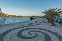 ARGOSTOLI, KEFALONIA, GRIECHENLAND - 25. MAI 2015: Sonnenuntergangpanorama des Dammes der Stadt von Argostoli, Kefalonia, Greec Stockfoto