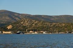 ARGOSTOLI, KEFALONIA, GRIEKENLAND - MEI 25 2015: Zonsonderganglandschap aan Kefalonia-berg van stad van Argostoli, Gree Stock Afbeeldingen