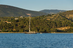 Argostoli, Kefalonia, Griekenland - Mei 25 2015: Zonsondergangmening aan Kefalonia-berg van stad van Argostoli, Griekenland Stock Fotografie