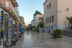 Argostoli, Kefalonia, Griekenland - Mei 25 2015: Zonsondergangmening van hoofdstraat in stad van Argostoli, Kefalonia, Griekenlan Stock Foto's