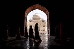 Argra, Taj Mahal, Inde - 3 mars 2012 : Femmes dans le SAR traditionnel Images libres de droits