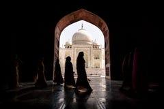 Argra, Taj Mahal, la India - 3 de marzo de 2012: Mujeres en el sar tradicional Imágenes de archivo libres de regalías
