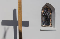 Argt och gotiskt fönster av kyrkan Arkivfoto