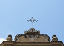 Argt tecken för kristen överst av den historiska kyrkan Royaltyfri Bild