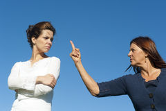 argueing γενεές δύο γυναίκες Στοκ φωτογραφία με δικαίωμα ελεύθερης χρήσης