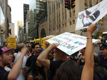 Argument bland personer som protesterar, NYC, NY, USA Arkivbild