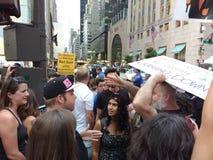 Argument bland personer som protesterar, NYC, NY, USA Arkivfoto