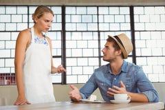 Argument entre une serveuse et un client photos libres de droits