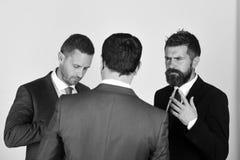 Argument et concept d'affaires Hommes avec la barbe et les visages douteux image stock