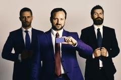 Argument et concept d'affaires Les hommes d'affaires portent les costumes et les cravattes futés image stock