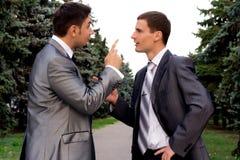 Argumentation de deux hommes d'affaires Photo stock