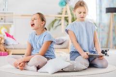 Argumentation de deux petites filles Photos stock
