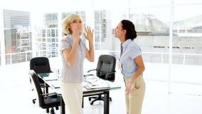 Argumentation de femmes d'affaires banque de vidéos