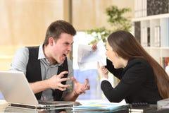 Argumentation fâchée de deux hommes d'affaires furieuse images stock