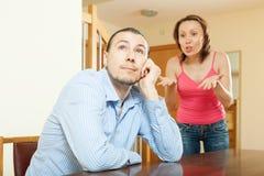 argumentera gravid kvinna för conflictfamiljman Man som lyssnar till hans ilskna kvinna Royaltyfria Bilder