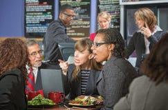 Argumentera ledare i kafeteria Royaltyfri Fotografi