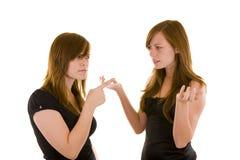argumentera unga härliga systrar arkivbild