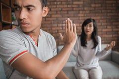 Argumentierung die Paare auseinander, die zu Hause sitzen stockbild