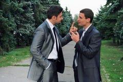 Argumentierung mit zwei Geschäftsmännern Lizenzfreie Stockfotografie
