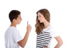 Argumentierung mit zwei junge Jugendlichen Lizenzfreie Stockfotografie