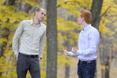 Argumentierung mit zwei Männern Stockfotos