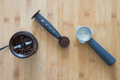 Argumentos de café en una cucharada con la amoladora de café Fotografía de archivo libre de regalías