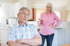 argumentpar som har den home pensionären royaltyfria foton