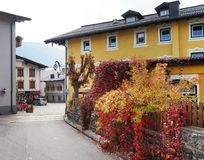 Arhitectural szczegół w Bischofshofen miasteczku w jesień dniu obrazy stock