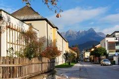 Arhitectural szczegół w Bischofshofen miasteczku w pogodnym jesień dniu Hochkonig góra w tle fotografia royalty free