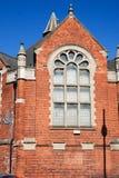 Arhitectural viejo que construye el cielo azul de la piedra histórica del ladrillo rojo Fotos de archivo libres de regalías