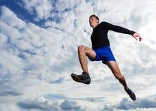 Arhlete dans le long saut photos stock