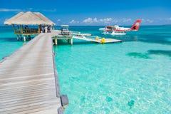Ari Atoll, Maldivas - 05 05 2018: El hidroavión de Maldivas en el centro turístico de lujo, embarcadero de madera que carga el av fotografía de archivo